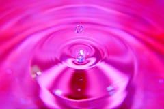 Ζωηρόχρωμο ράντισμα πτώσης νερού στο ρόδινο νερό στοκ φωτογραφία με δικαίωμα ελεύθερης χρήσης