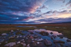 Ζωηρόχρωμο ρόδινο ηλιοβασίλεμα πέρα από τους παράκτιους υγρότοπους στοκ φωτογραφία