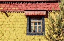 Ζωηρόχρωμο σπίτι με το παράθυρο στο μοναστήρι Samye, Θιβέτ Στοκ Φωτογραφία
