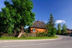 Ζωηρόχρωμο σπίτι σε λίγο χωριό Στοκ Φωτογραφίες