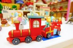 ζωηρόχρωμο συμπαθητικό τραίνο παιχνιδιών ξύλινο στοκ εικόνα