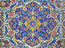 Ζωηρόχρωμο σχέδιο λουλουδιών που χρωματίζεται στα κεραμίδια Στοκ φωτογραφία με δικαίωμα ελεύθερης χρήσης