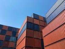 Ζωηρόχρωμο σχέδιο σωρών των μεταφορικών κιβωτίων φορτίου στη ναυτιλία Στοκ Εικόνα