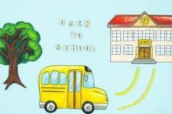 Ζωηρόχρωμο σχολικό κτίριο σχεδίων τοπ άποψης με το λεωφορείο και το δέντρο Πίσω στο σχολικό σημάδι στοκ εικόνες