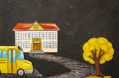 Ζωηρόχρωμο σχολικό κτίριο σχεδίων τοπ προτύπων άποψης με το λεωφορείο και δέντρο σε έναν πίνακα με το διάστημα αντιγράφων r στοκ φωτογραφίες