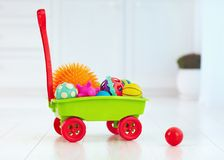 Ζωηρόχρωμο σύνολο καροτσακιών παιχνιδιών των διαφορετικών αφής σφαιρών για τα παιδιά Στοκ Φωτογραφία
