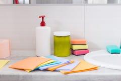 Ζωηρόχρωμο σύνολο οικιακών καθαρίζοντας υφασμάτων Στοκ φωτογραφία με δικαίωμα ελεύθερης χρήσης