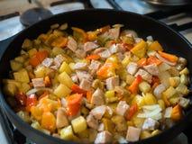 Ζωηρόχρωμο τηγανίζοντας γεύμα παν στενό στον επάνω τηγανίσματος Στοκ εικόνα με δικαίωμα ελεύθερης χρήσης