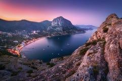 Ζωηρόχρωμο τοπίο βουνών νύχτας Άποψη από την αιχμή βουνών στοκ εικόνες