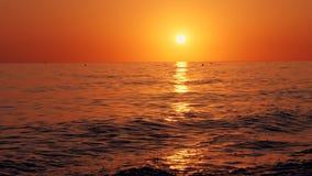 Ζωηρόχρωμο τοπίο, ηλιοβασίλεμα στην παραλία Ατελείωτος ορίζοντας, η αντανάκλαση των ακτίνων ήλιων ` s στα κύματα της θάλασσας απόθεμα βίντεο