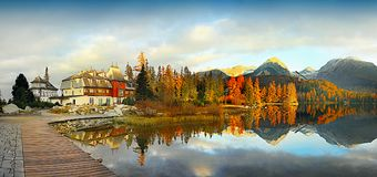 Ζωηρόχρωμο τοπίο πτώσης, αντανάκλαση στη λίμνη, ηλιοβασίλεμα τοπίων Στοκ Εικόνες