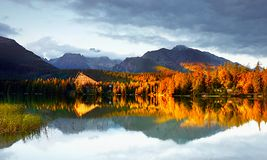 Ζωηρόχρωμο τοπίο πτώσης, αντανάκλαση στη λίμνη, ηλιοβασίλεμα τοπίων Στοκ φωτογραφία με δικαίωμα ελεύθερης χρήσης