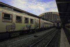 Ζωηρόχρωμο τραίνο και ο μπλε ουρανός Στοκ Εικόνα