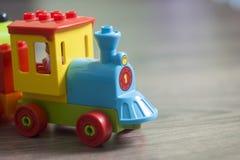 Ζωηρόχρωμο τραίνο Lego παιχνιδιών στοκ φωτογραφίες