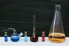 Ζωηρόχρωμο υγρό στις χημικά φιάλες και τα φιαλίδια Χημεία bipeds στοκ φωτογραφία