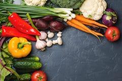 Ζωηρόχρωμο υπόβαθρο λαχανικών Φρέσκα λαχανικά στο μαύρο backgr Στοκ Φωτογραφίες