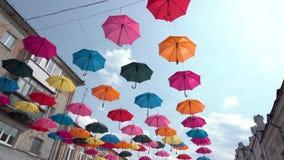 Ζωηρόχρωμο υπόβαθρο ομπρελών σε αστικό, ομπρέλες στον ουρανό, διακόσμηση οδών φιλμ μικρού μήκους