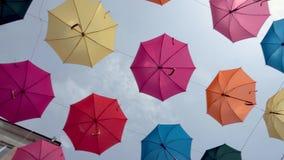 Ζωηρόχρωμο υπόβαθρο ομπρελών σε αστικό, ομπρέλες στον ουρανό, διακόσμηση οδών απόθεμα βίντεο