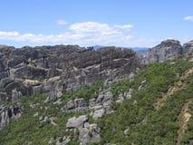 Ζωηρόχρωμο φυσικό ευρωπαϊκό τοπίο Σειρά βουνών με τα πράσινα δέντρα στοκ εικόνες με δικαίωμα ελεύθερης χρήσης