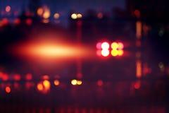 Ζωηρόχρωμο φως θαμπάδων στη σκηνή μουσικής στο σκοτεινό υπόβαθρο νύχτας Στοκ Εικόνα