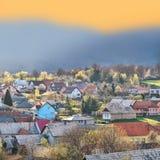 Ζωηρόχρωμο φως του χωριού την άνοιξη ηλιοβασιλέματος στοκ εικόνες
