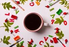 Ζωηρόχρωμο φωτεινό σχέδιο της βούρτσας, χρώμα, φύλλα, κόκκινα λουλούδια Στοκ Εικόνες