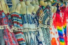 Ζωηρόχρωμο φόρεμα παραλιών για τη γυναικεία ένδυση Τα φορέματα παραλιών επιδεικνύονται Στοκ Εικόνες