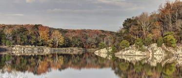 Ζωηρόχρωμο φύλλωμα φθινοπώρου που απεικονίζεται στη λίμνη Στοκ φωτογραφίες με δικαίωμα ελεύθερης χρήσης