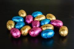 ζωηρόχρωμο φύλλο αλουμινίου αυγών Πάσχας σοκολάτας Στοκ εικόνες με δικαίωμα ελεύθερης χρήσης