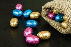 ζωηρόχρωμο φύλλο αλουμινίου αυγών Πάσχας σοκολάτας Στοκ Φωτογραφίες
