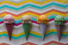 Ζωηρόχρωμο χειροποίητο παγωτό τέσσερα στο κλωστοϋφαντουργικό προϊόν σχεδίων με τις μπλε, κίτρινες, άσπρες, κόκκινες και πορτοκαλι στοκ φωτογραφίες