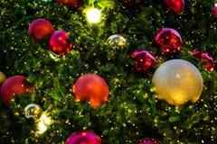 Ζωηρόχρωμο χριστουγεννιάτικο δέντρο με το κόκκινο & χρυσό κουδούνι Στοκ φωτογραφία με δικαίωμα ελεύθερης χρήσης