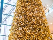 Ζωηρόχρωμο χρυσό χριστουγεννιάτικο δέντρο σε μια λεωφόρο στοκ φωτογραφία με δικαίωμα ελεύθερης χρήσης