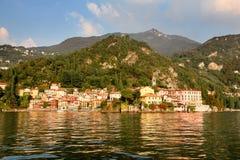 Ζωηρόχρωμο χωριό Varenna όπως βλέπει από τα νερά της λίμνης Como Ιταλία Στοκ Εικόνες
