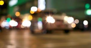 Ζωηρόχρωμο bokeh των φω'των αυτοκινήτων στο σήμα κυκλοφορίας στην οδό τη νύχτα 4k απόθεμα βίντεο