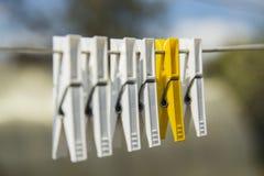 Ζωηρόχρωμο clothespin δύο Στοκ εικόνες με δικαίωμα ελεύθερης χρήσης