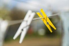 Ζωηρόχρωμο clothespin δύο Στοκ φωτογραφία με δικαίωμα ελεύθερης χρήσης