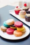 Ζωηρόχρωμο macaron και cupcake Στοκ εικόνες με δικαίωμα ελεύθερης χρήσης