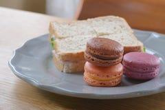 Ζωηρόχρωμο macaroon και σάντουιτς τυρί ζαμπόν έτοιμο να φάει Στοκ Εικόνες