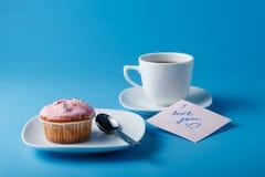 Ζωηρόχρωμο muffin στο πιατάκι Στοκ φωτογραφία με δικαίωμα ελεύθερης χρήσης