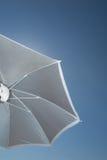 Ζωηρόχρωμο parasol άμεσα επάνω από τις καλοκαιρινές διακοπές ήλιων Στοκ εικόνες με δικαίωμα ελεύθερης χρήσης