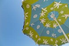 Ζωηρόχρωμο parasol άμεσα επάνω από τις καλοκαιρινές διακοπές ήλιων Στοκ φωτογραφία με δικαίωμα ελεύθερης χρήσης