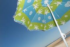 Ζωηρόχρωμο parasol άμεσα επάνω από τις καλοκαιρινές διακοπές ήλιων Στοκ Εικόνες