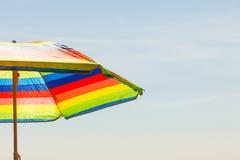 Ζωηρόχρωμο parasol θερινών ομπρελών κατά τη διάρκεια του καλοκαιριού Στοκ εικόνες με δικαίωμα ελεύθερης χρήσης