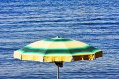 Ζωηρόχρωμο parasol κοντά στη θάλασσα Στοκ Εικόνες
