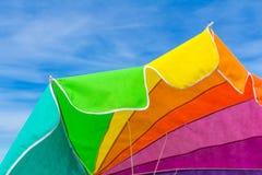 Ζωηρόχρωμο parasol με το δονούμενο υπόβαθρο ουρανού bue Στοκ Εικόνες