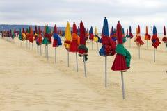 Ζωηρόχρωμο parasol στην παραλία Στοκ εικόνα με δικαίωμα ελεύθερης χρήσης