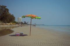 Ζωηρόχρωμο parasol στην παραλία Hua Hin Ταϊλάνδη Στοκ Φωτογραφίες