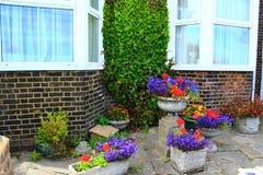 Ζωηρόχρωμο patio σπιτιών δοχείων λουλουδιών Στοκ φωτογραφία με δικαίωμα ελεύθερης χρήσης