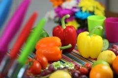 Ζωηρόχρωμο preperation τροφίμων Πιπέρια, φρούτα και λαχανικά Στοκ Φωτογραφίες
